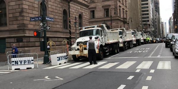 Trump'a New York'ta sıradışı koruma: Kum yüklü kamyonları devreye soktular