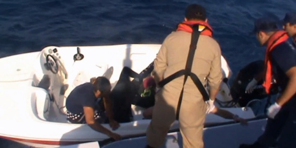 Kuşadası Körfezi'nde batan lastik bottan 46 göçmen kurtarıldı