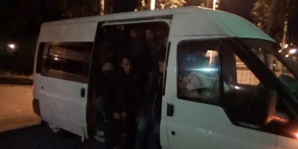 Erzurum'da durdurulan 15 kişilik minibüsten 53 kaçak göçmen çıktı