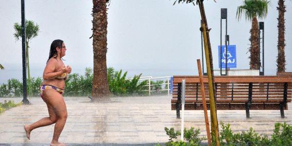 Antalya'da tatilciler yağmura plajda yakalandı