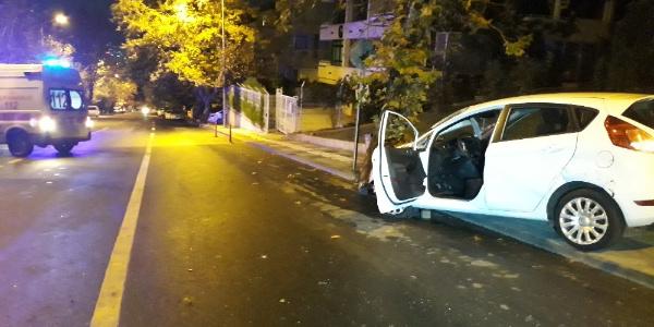 Ankara'da parke taşlarına çarpan otomobildeki 2 kişi yaralandı