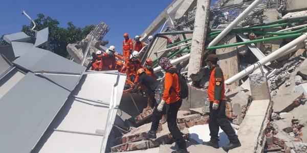 Endonezya'da yıkılmış kilisenin enkazında 34 öğrencinin cesedi bulundu