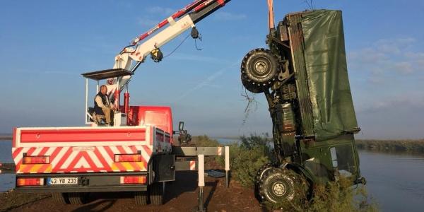 Edirne Enez'de askeri araç nehre devrildi: 5 yaralı