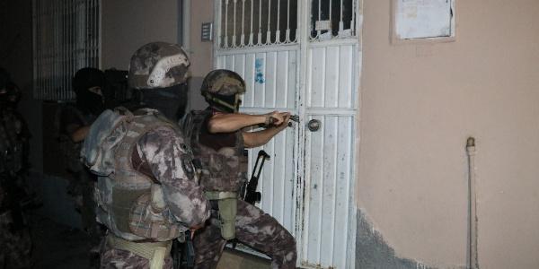 Adana'da terör örgütü propagandacılarına şafak baskını