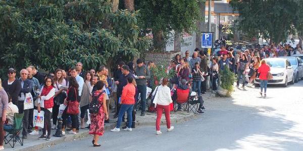 Bağdat Caddesi'nde Yılmaz Özdil'in son kitabı için uzun kuyruk
