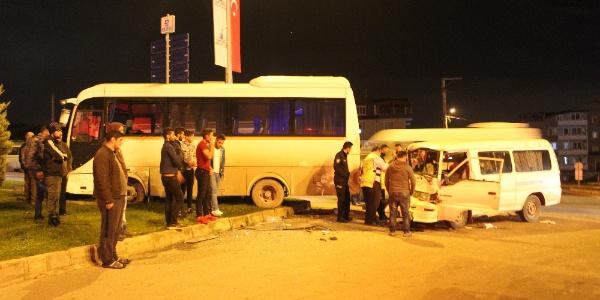 Kocaeli'nde ışık ihlali yapan minibüs isçi servisine çarptı: 2 yaralı