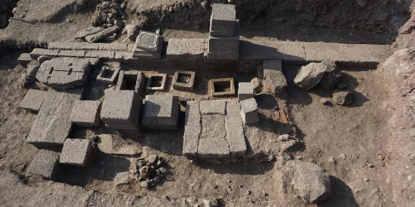 Assos'taki kazılarda bu kez 2 bin 300 yıllık aile mezarlığı ortaya çıktı