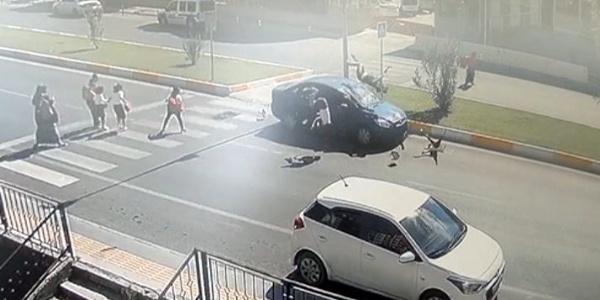 Antalya'da otomobil yaya geçidindeki anne ve çocuklarına çarptı : 1'i ağır 3 yaralı