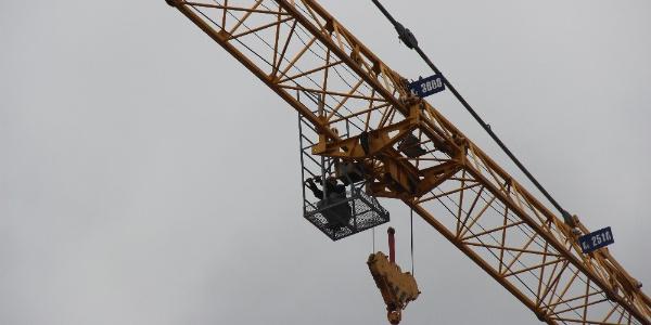 Maaş alamayan vinç operatöründen 60 metre yükseklikte eylem