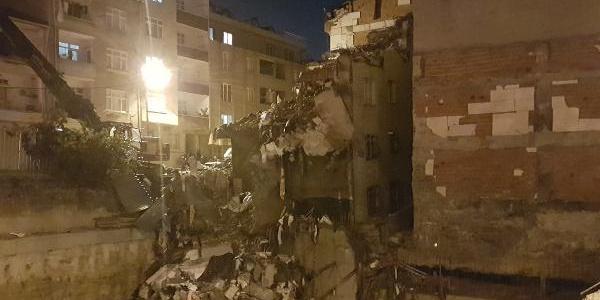 Bağcılar'da yan yatan binanın yıkımı sabaha kaldı