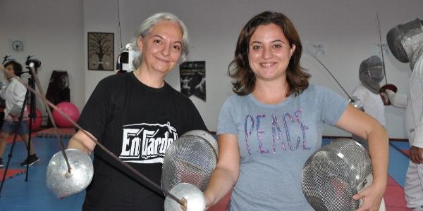 Şampiyon kızıyla Manisalılara eskrim öğretiyor