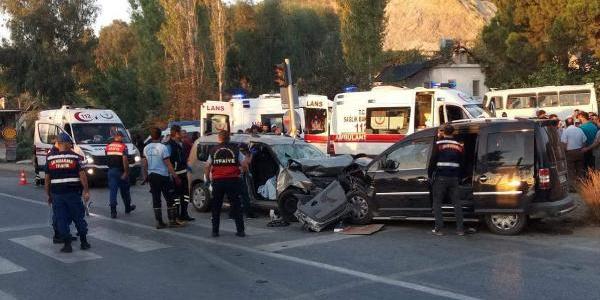 Mersin'de 2 araç kafa kafaya çarpıştı: 2 kardeş öldü, 7 yaralı