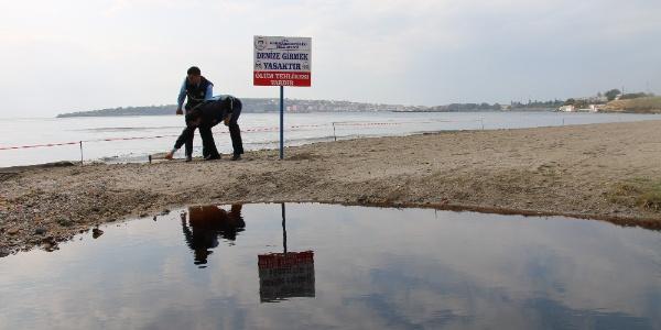 Marmara Ereğlisi'nde kızıla boyanan dere yüzünden denize girmek yasaklandı