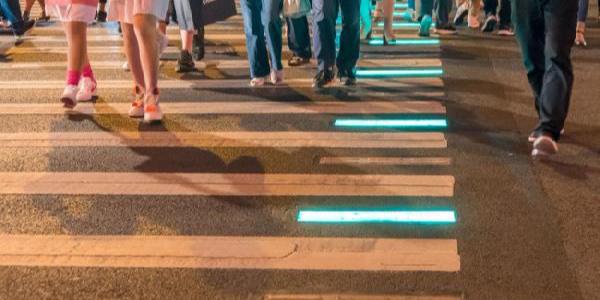 Çin'de ışıklı kaldırımla yayalara  trafik dersi