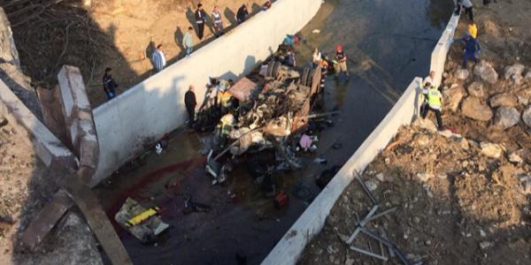 İzmir'de kaçak göçmen faciası: Devrilen kamyonda 19 kişi öldü