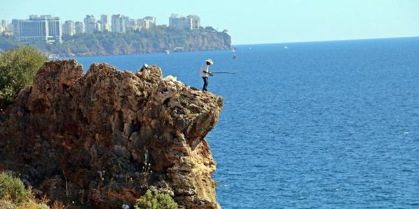 Antalya'da amatör balıkçı izleyenlerin yüreklerini ağzına getirdi