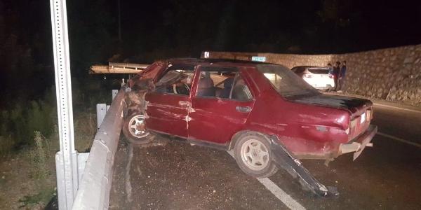 Bursa İnegöl'de otomobil bariyerlere çarptı, 4 yaralı var