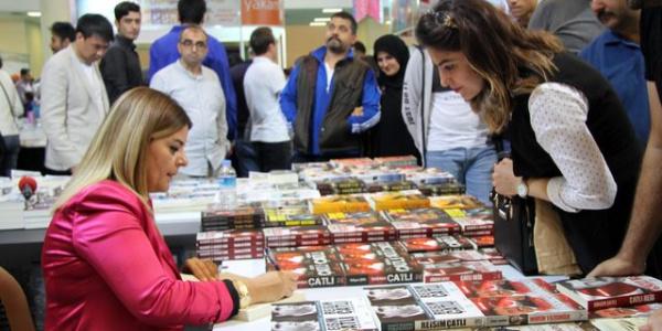 Abdullah Çatlı'nın kızı Gökçen Çatlı 'Babam Çatlı' kitabını okurlar için imzaladı