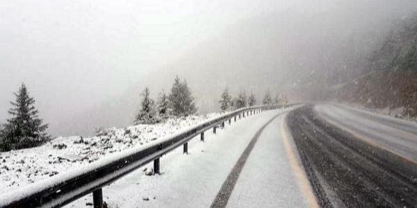 Konya-Akseki yolu kar nedeniyle trafiğe kapandı.