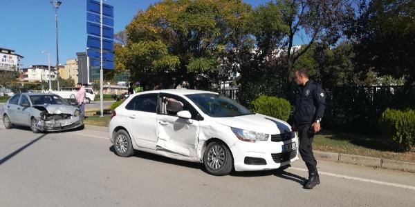 İki otomobil çarpıştı: 5'i çocuk 6 kişi yaralı