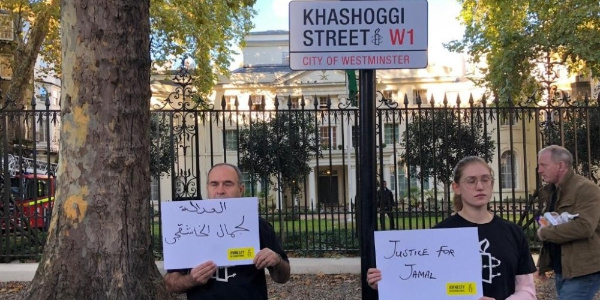 """Londra'daki Suudi Arabistan Büyükelçiliği sokağında """"Kaşıkçı Sokağı"""" tabelalı protesto"""