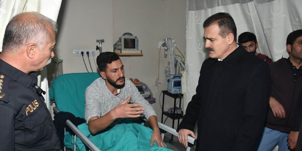 Vali Akbıyık Hakkâri-Van karayolunda meydana gelen trafik kazasında yaralanan polisleri ziyaret etti