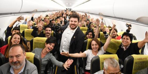 Eser Yenenler'in uçaktaki stand-up gösterisi yolcuları kahkahaya boğd