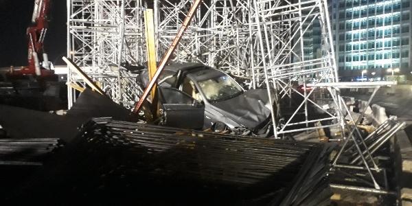 Otomobil kontrolden çıktı, üst geçit inşaatına girdi