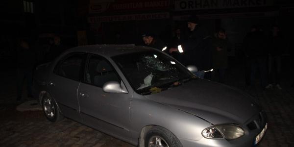 Kontrolden çıkan otomobil önce elektrikli bisiklete ardından da ağaca çarptı:6 kişi yaralandı
