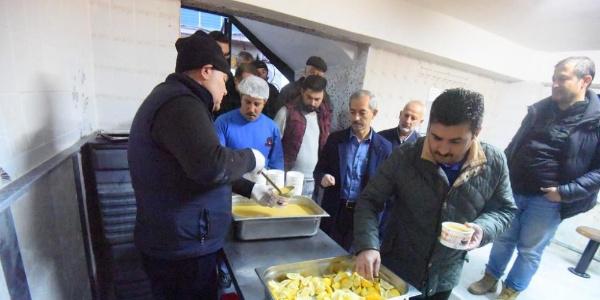 Kemalpaşa belediyesi, sabah namazından sonra çorba ikramı yaptı