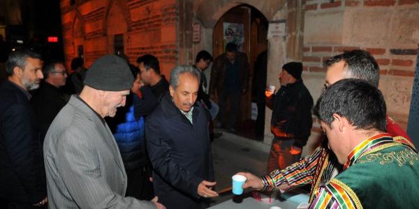 Mevlit Kandili münasebetiyle Akşehir Belediyesi vatandaşlara ballı süt dağıttı