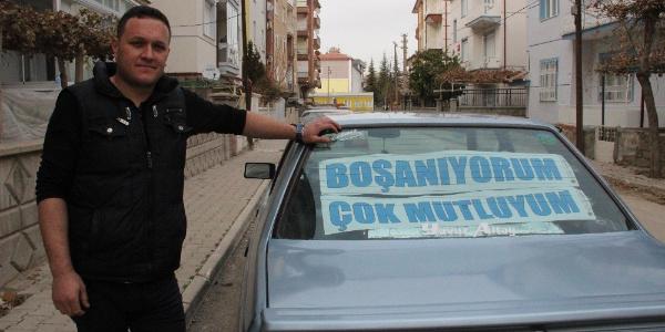 Arabasının arkasına 'Boşanıyorum, mutluyum' yazısı astı