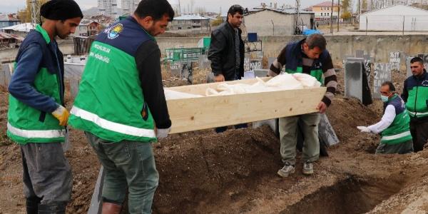 Trafik kazasında hayatlarını kaybeden kaçak göçmenler kimsesizler mezarlığına defnedildi