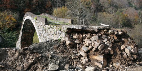 300 yıllık Yeşiltepe Kemer Taş  Köprü'nün bir ayağı yol çalışmasında hasar gördü