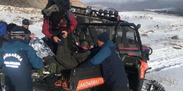 Yaralı dağcıları ekipler kurtardı