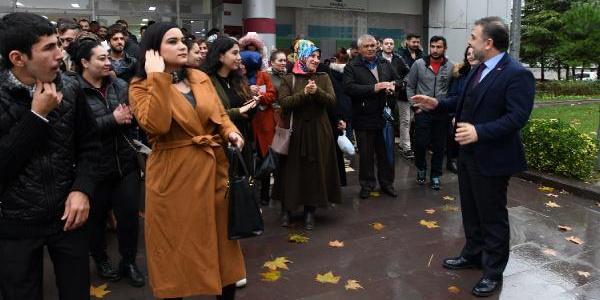 İstanbul Havalimanı'nda işe yeni başlayan işçiler mesailerine uğurlandı