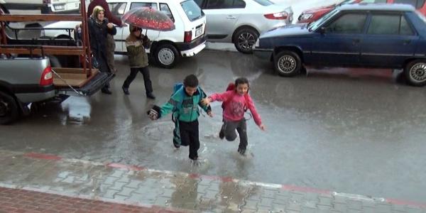 Okul çıkışı saatinde sağanak yağmur öğrenci ve velileri hazırlıksız yakaladı