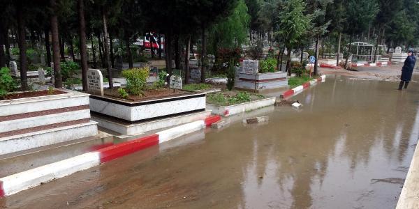Mersin'de etkili olan yağış su baskınlara neden oldu