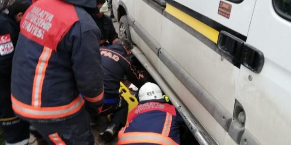 Malatya'da bir kadın minibüsün altında kaldı