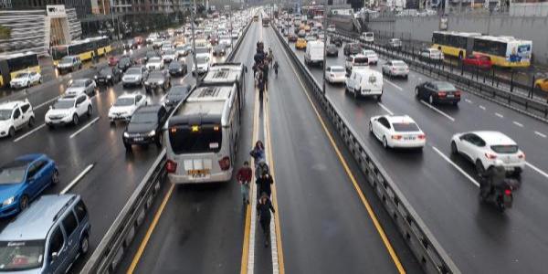 Metrobüs arızalandı: uzun metrobüs kuyruğu oluştu
