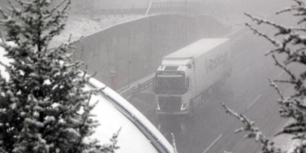 Bolu Dağı'nda ulaşıma yoğun kar yağışı engeli