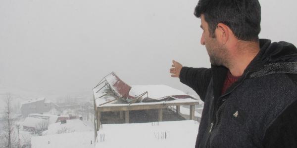 Hakkari'de yoğun kar yağışı nedeniyle çöktü
