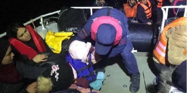 Yunanistan'ın Midilli Adası'na geçmeye çalışan 44 kaçak göçmen yakalandı