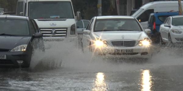 Gaziantep'te etkili olan sağanak sürücülere zor anlar yaşattı
