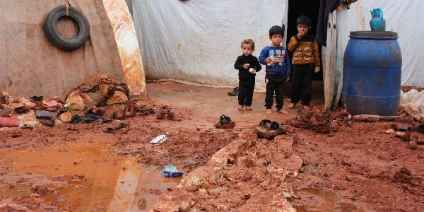 İdlib'de kamplar şiddetli yağış nedeniyle çamur deryasına döndü