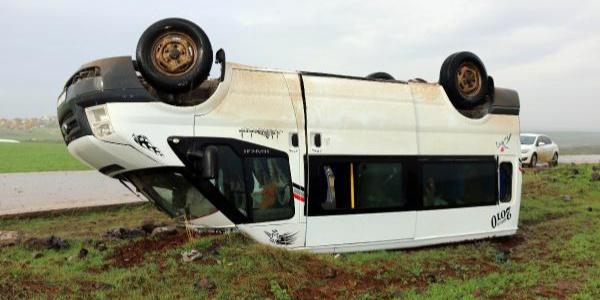 Siverek'te öğretmenleri taşıyan minibüs devrildi