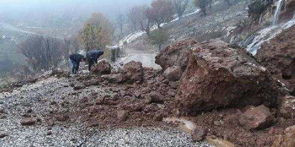2 gün aralıksız devam eden yağmur nedeniyle dağdan kopan kayalar karayolunu kapattı