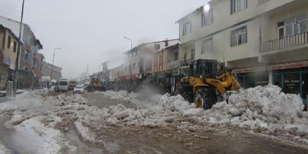 Bingöl Karlıova'da 15 köy yolu yoğun kar yağışıyla ulaşıma kapandı