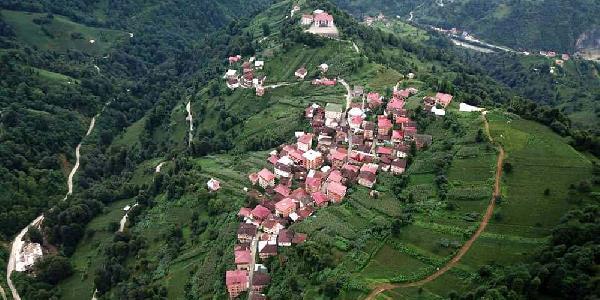 Çamlıhemşin ilçesi Topluca köyü zemininde her yıl kayma yaşanıyor