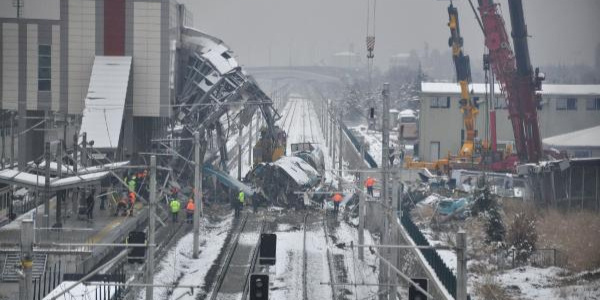 Ankara'da meydana gelen tren kazasının enkazı kaldırılıyor